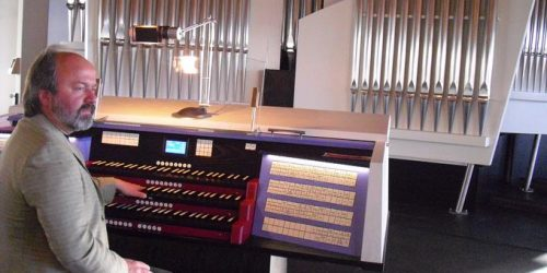 ORT: Konz *** Professor Kreutz improvisiert an der neuen Orgel in St.Nikolaus. (TV-Foto:Drk Tenbrock) ***